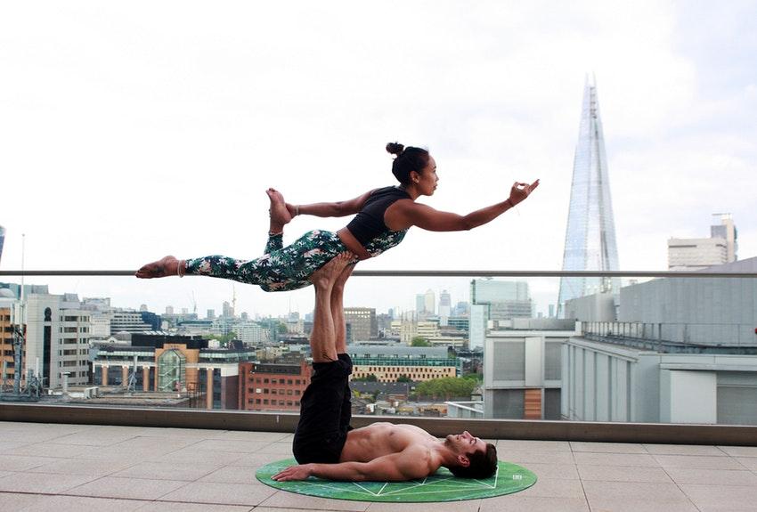 Posturas-de-yoga-en-pareja--refuerza-el-equilibrio-físico-y-mental-1